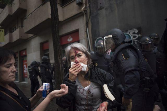 Žena povređena u neredima u blizini škole-biračkog mesta za zabranjeni referendum u Barseloni 1. oktobra (Geraldine Hope Ghelli/Bloomberg)