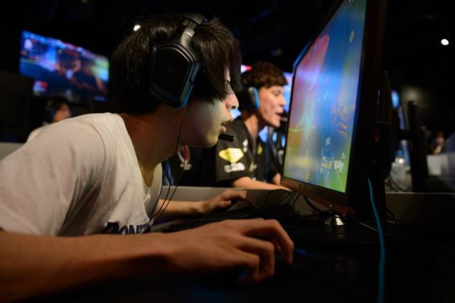 "Takmičari igraju ""Overwatch"" na turniru AOC Open e-Sports u Tokiju, 1. jul (Akio Kon/Bloomberg)"