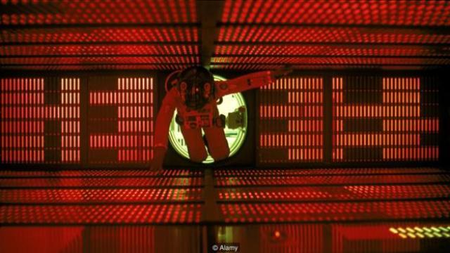 Iako je veštačka inteligencija HAL 9000 bila zadužena za bezbednost ljudi na brodu, smišljeno je i svojom autonomnom odlukom likvidirala čitavu posadu