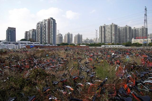 24. Najrazličitiji modeli servisa za šering-bicikle naslagani na jednom šangajskom parkingu (27. nov 2017, Aly Song/ Reuters)