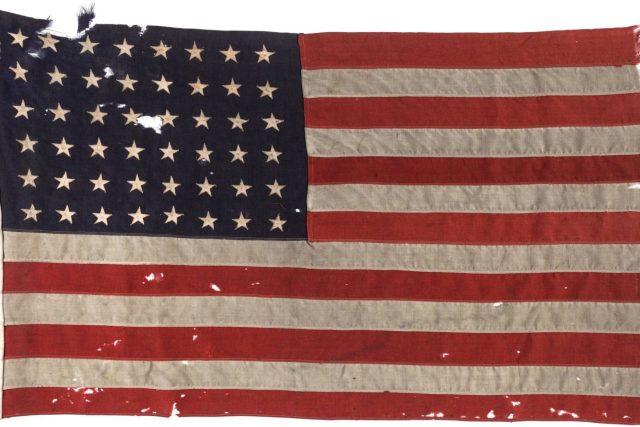Ko koga sada spašava? Zastava koju su 1944. američke trupe koristile u Normandiji na Dan-D (Izvor: AFP)