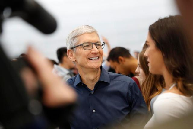 """Tim Kuk, direktor Apple-a, uz osmeh demonstrira najnovije Eplove proizvode u Sali """"Steve Jobs Theater"""" u Kupertinu, Kalifornija, 12. septembra 2018. [Photo / Agencies]"""