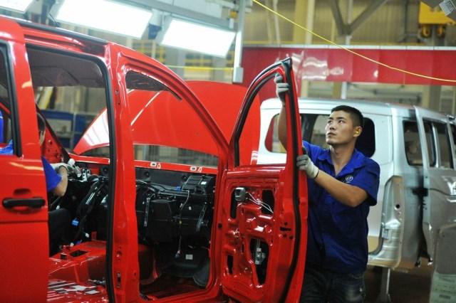 Radnik na montažnoj liniji fabrike automobila SAIC-GM-Wuling Automobile, Kingdao, provincija Shandong, Istočna Kina, avg 2018 [Foto: IC]
