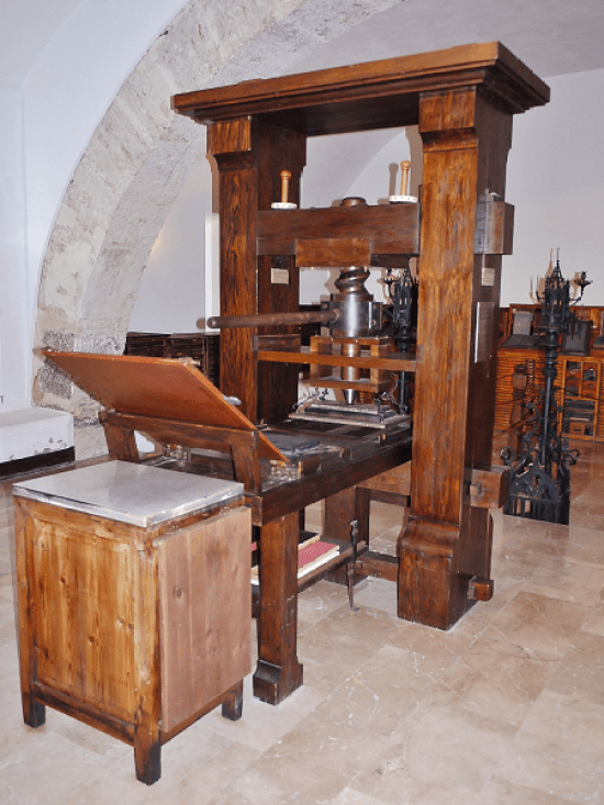 """Replika Gutenbergove štamparske prese u Muzeju štamparstva """"El Puig"""" u Valensiji, Španija"""