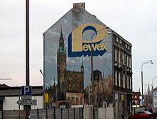 Logo Pewex - keðjunnar á listaverki í Gdańsk.