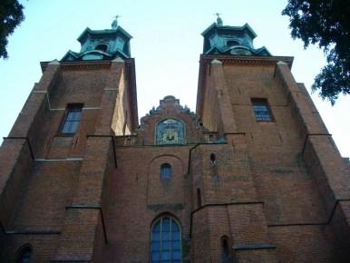 fasada archikatedry w gnieźnie z charakterystycznymi dwiema wieżami