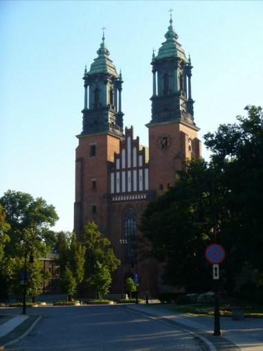 archikatedra w poznaniu na ostrowie tumskim, z charakterystycznymi dwiema wieżami