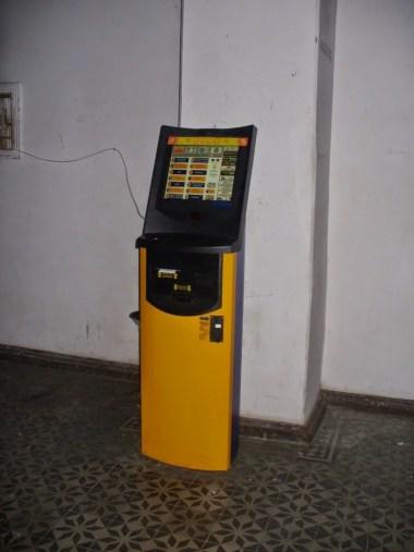 automat do wszystkiego na stacji kolejowej w kutaisi w gruzji