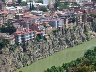 domy położone na skarpie nad rzeką mtkwari w stolicy gruzji tbilisi