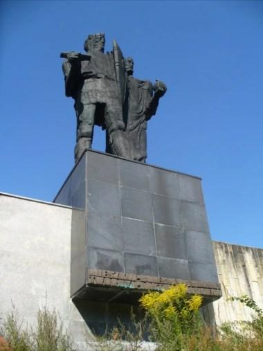 pomnik mieszka pierwszego i bolesława chrobrego przed wejściem do muzeum początków państwa polskiego w gnieźnie