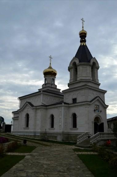 cerkiew na skarpie nad rzeką raut w starym orhei w mołdawii