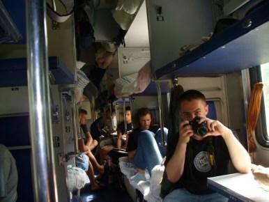 wnętrze wagonu plackartnego w pociągu z sankt petersburga do murmańska