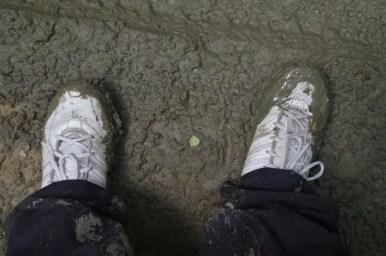 ubłocone buty na szlaku przez beskid niski w okolicy puław dolnych i polan surowicznych