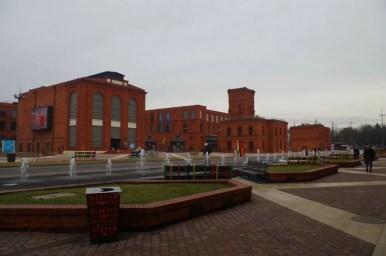 centrum handlowe manufaktura w łodzi, plac przed budynkiem