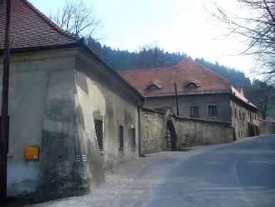 czerwony klasztor i droga przez wieś, słowacja, pieniński park narodowy
