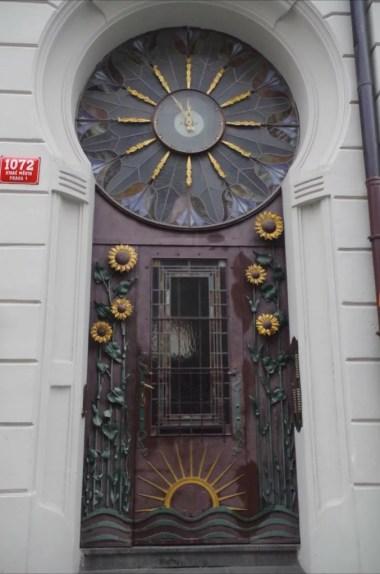 drzwi wejściowe do jednej z kamienic w pradze w czechach