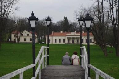 dworek ignacego jana paderewskiego w kąśnej dolnej w małopolsce, widoczna para starszych ludzi w parku na pomoście