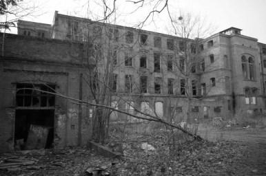 dzielnica księży młyn w łodzi, widoczna jedna z wielu opuszczonych fabryk, widok czarno-biały