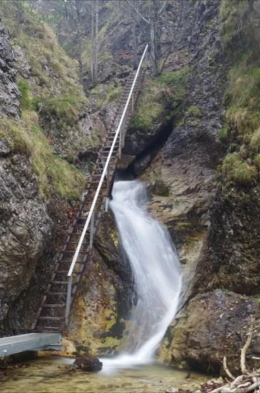 horne diery, jeden z wąwozów prowadzących przez szlak w małej fatrze na słowacji, widoczna jedna z drabinek i wodospad