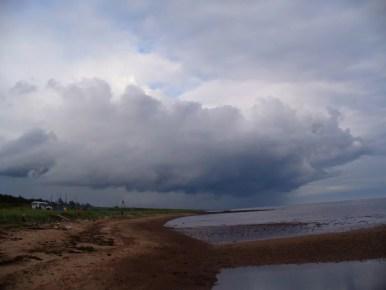 front burzowy nad morzem białym na półwyspie kolskim w rosji