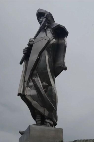 janosikova socha, czyli pomnik janosika w terchovej, w słowackiej małej fatrze