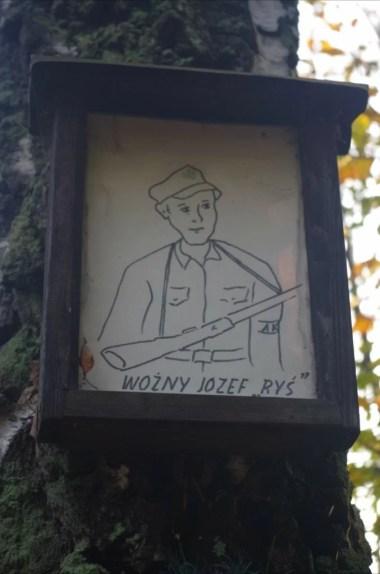 tabliczka z wizerunkiem jednego z partyzantów przy szlaku z koskowej góry do makowa podhalańskiego