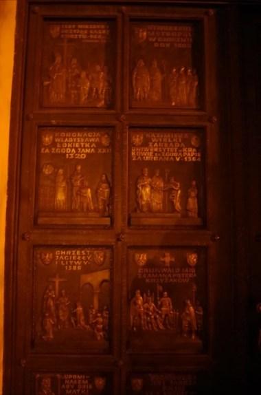 kolegiata bożego ciała w jarosławiu, widoczne zabytkowe drzwi wejściowe z rzeźbionymi scenami z historii polski