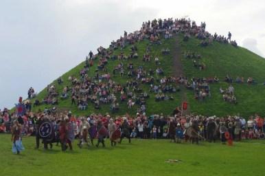wojowie przygotowujący się do bitwy pod kopcem krakusa w krakowie podczas obchodów corocznego święta rękawki