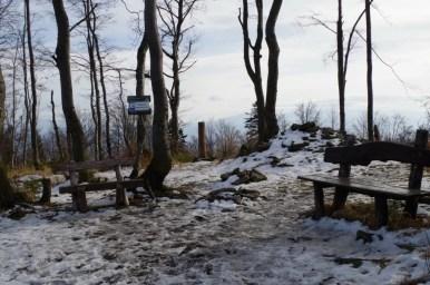 miejsce na odpoczynek na szczycie czupla, najwyższej góry beskidu małego
