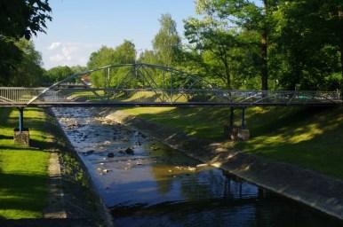 park zdrojowy w rymanowie-zdroju w beskidzie niskim, widok na rzekę