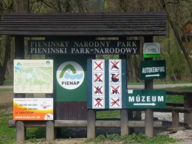 tablica pienińskiego parku narodowego w czerwonym klasztorze na słowacji