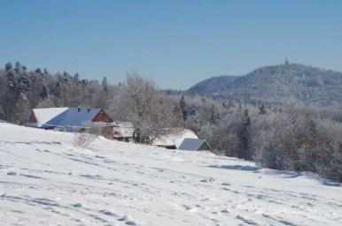 polana surówki w beskidzie wyspowym i zimowy widok na luboń wielki