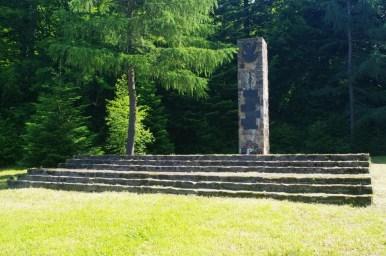 pomnik żołnierzy wojsk ochrony pogranicza w dolinie jasiela w beskidzie niskim
