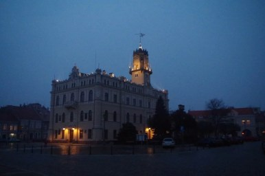 oświetlony wieczorową porą ratusz miejski w jarosławiu