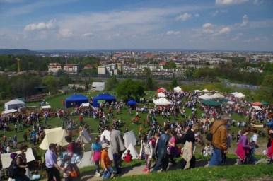 tłumy ludzi podczas corocznego święta rękawki na kopcu krakusa, widok na kraków