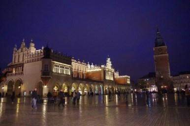 wieczorny i deszczowy widok na krakowski rynek podczas nocy muzeów