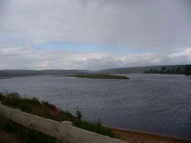 rzeka warzuga w rosyjskiej tajdze na półwyspie kolskim w rosji