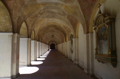 krużganki na wewnętrznym dziedzińcu sanktuarium w świętej lipce na mazurach