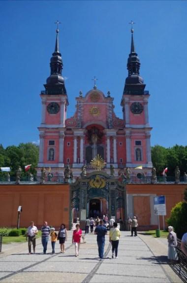 sanktuarium w świętej lipce na mazurach, widoczna piękna barokowa fasada budowli