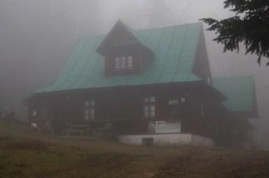 schronisko na przegibku w beskidzie żywieckim spowite mgłą