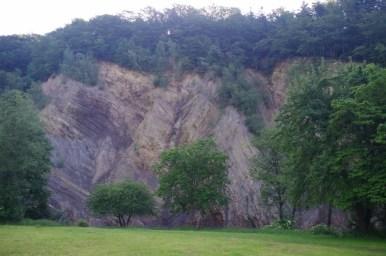 ściana olzy zbudowana z łupków menilitowych zlokalizowana w przełomie wisłoka w rudawce rymanowskiej w beskidzie niskim