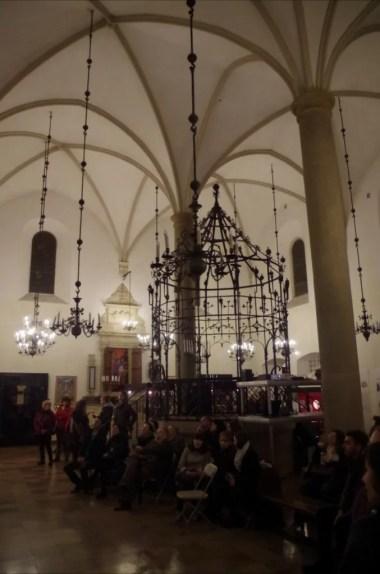 wnętrze starej synagogi na krakowskim kazimierzu podczas nocy muzeów, w środku widoczna bima