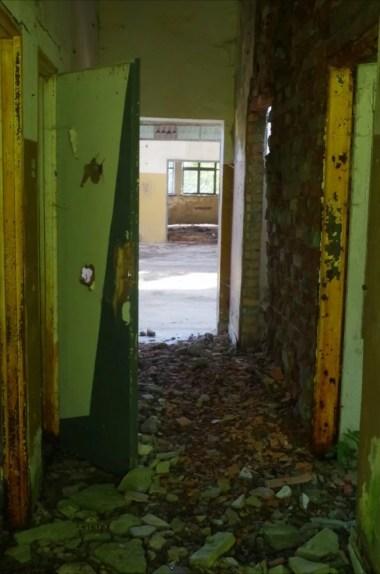 opuszczony i zniszczony pgr w woli wyżnej w beskidzie niskim, widoczne wnętrza budynku