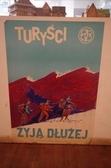 stary plakat we wnętrzu schroniska pod turbaczem w gorcach