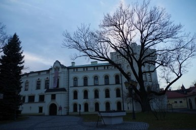 stary zamek w żywcu wieczorową porą