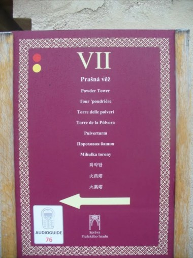 tablica informacyjna dla turystów przy wieży prochowej w czeskiej pradze