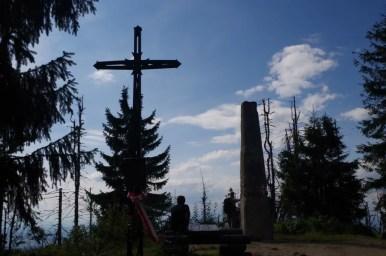 krzyż i kamienny obelisk na wierzchołku turbacza, najwyższego szczytu gorców