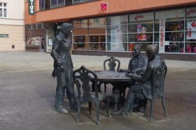 stolik z podobiznami twórców łodzi przemysłowej przy głównej ulicy miasta, piotrkowskiej