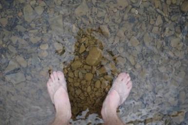 nogi zamoczone w wodach wisłoka w wernejówce w beskidzie niskim