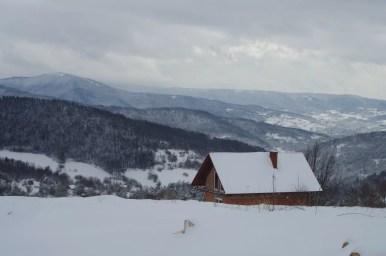zimowy widok ze szlaku na kudłacze na beskid wyspowy